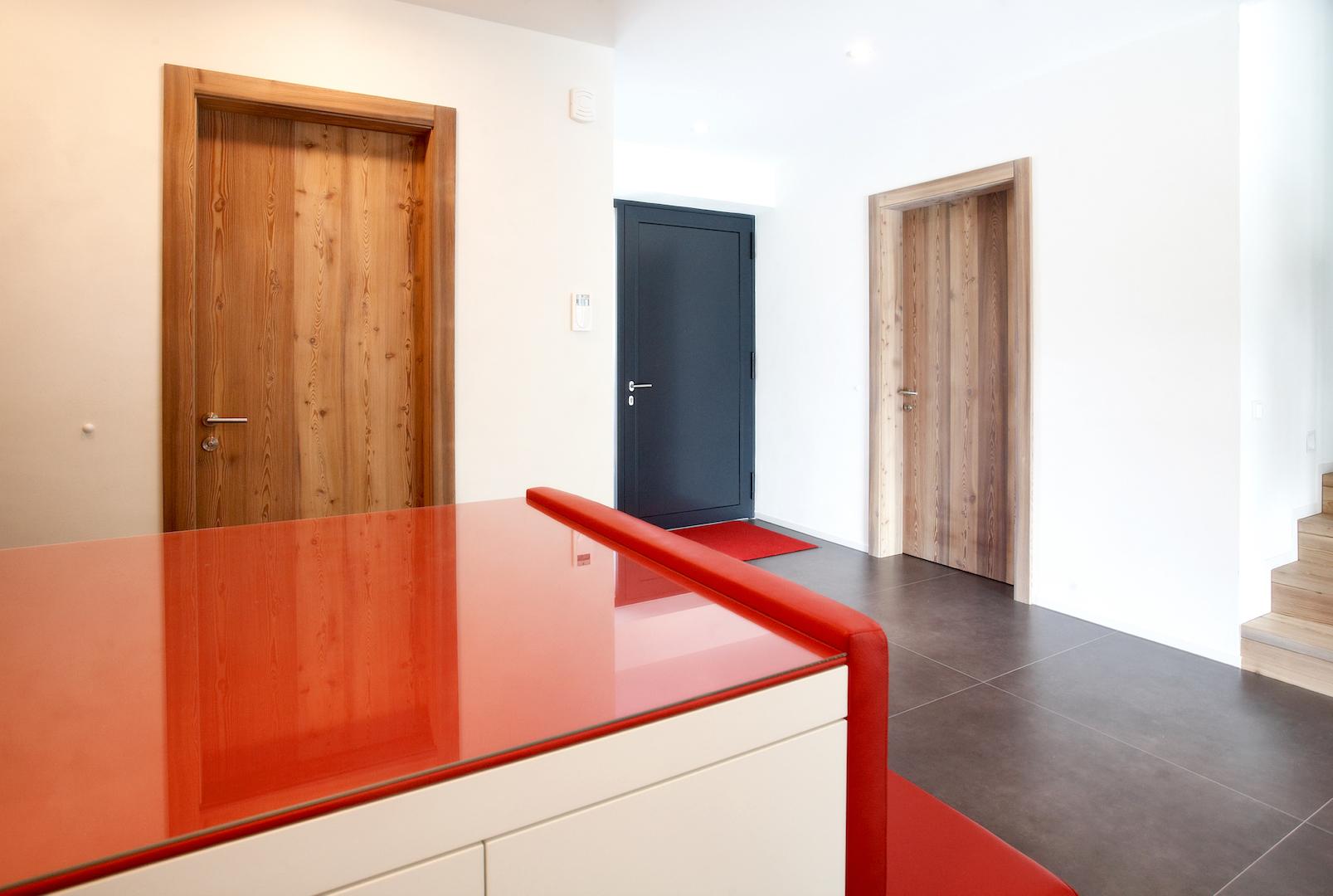 Ein Haus mit Türen aus dem Bodenhholz