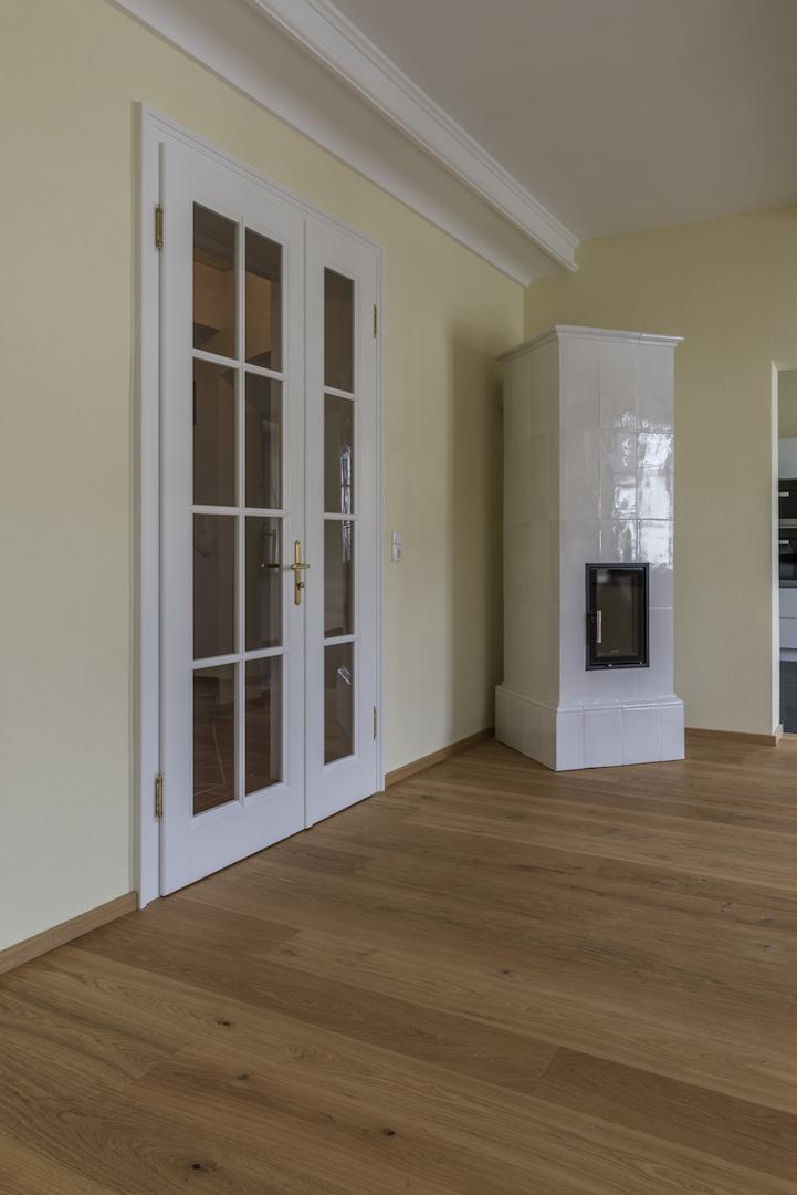 Ein Haus mit klassischen Türen