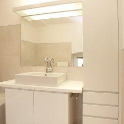badezimmerschrank-weiss-haberltueren.jpg