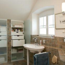 badezimmer-einbauregal-weiss-haberltueren.jpg