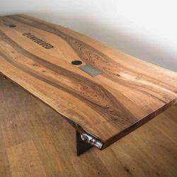 Nusstisch mit Waldkante und Metallfüssen