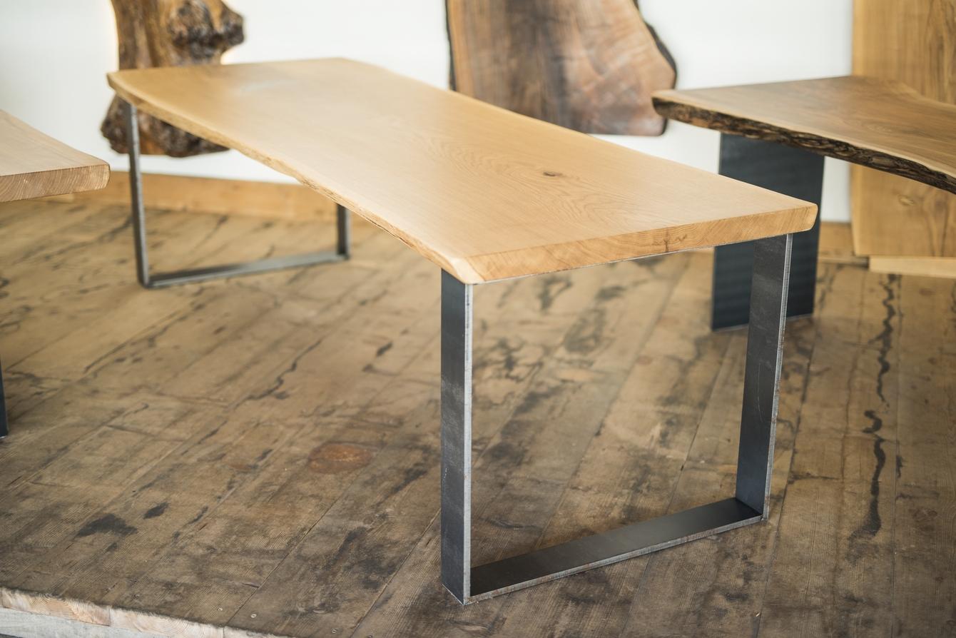 Massivholztisch aus Eiche mit Waldkante