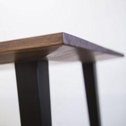 Massivholztisch aus Nuss mit Unterfräskante