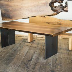 Massivholztisch aus Nussholz mit Waldkante