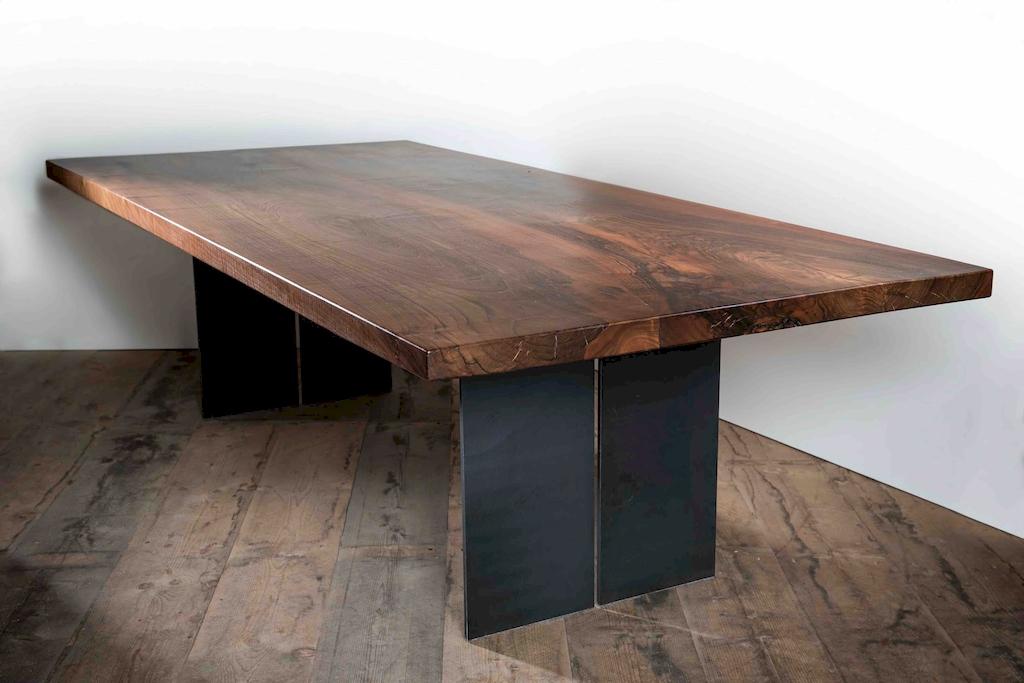 Massivholztisch aus Nussholz mit gerader Kante