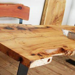 Massivholztisch aus Ulme mit Waldkante