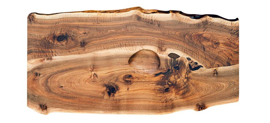 Tischplatte aus Nussholz mit Waldkante