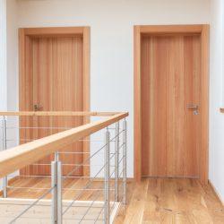 Ein Holzhaus mit schlichten Lärchentüren