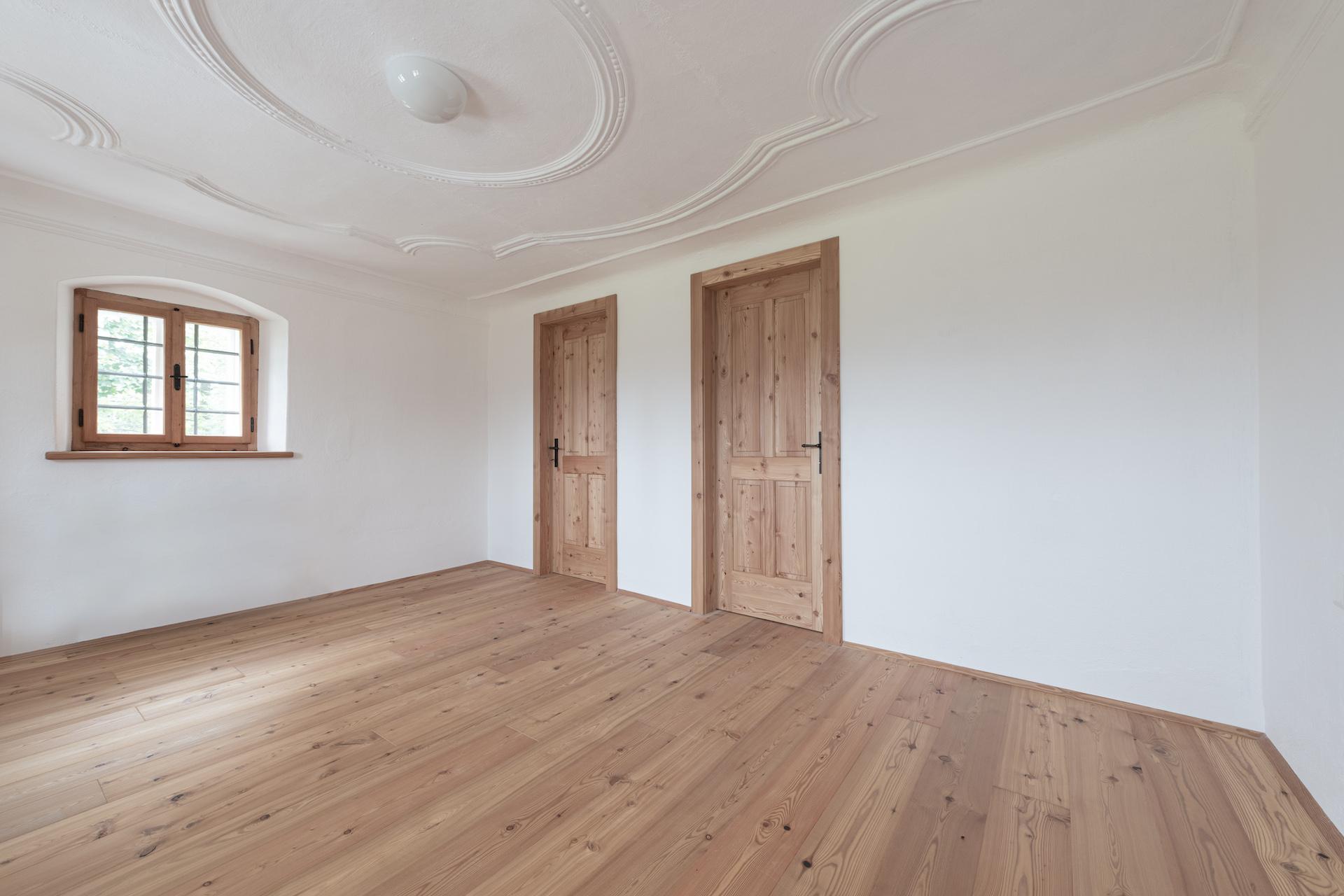 Ein Haus mit astigen Lärchentüren