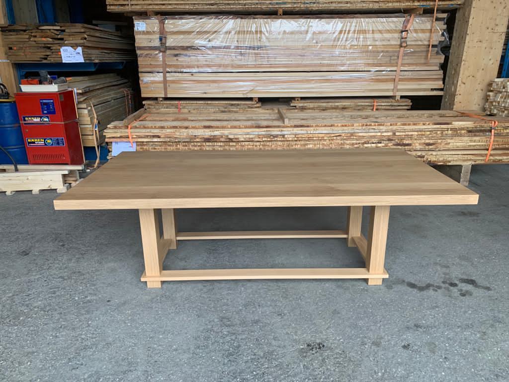 Massivholztisch mit ruhiger Maserung
