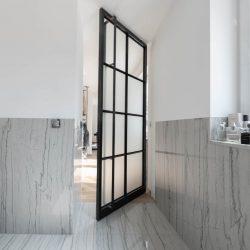 Eine Wohnung mit unterschiedlichen Anforderungen an die Türen