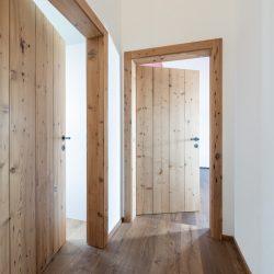 Ein Haus mit altem Holz