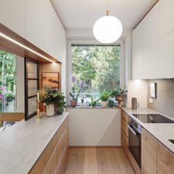 Eine Wohnung wo Möbel und Türen gut auf den Platzbedarf abgestimmt sind
